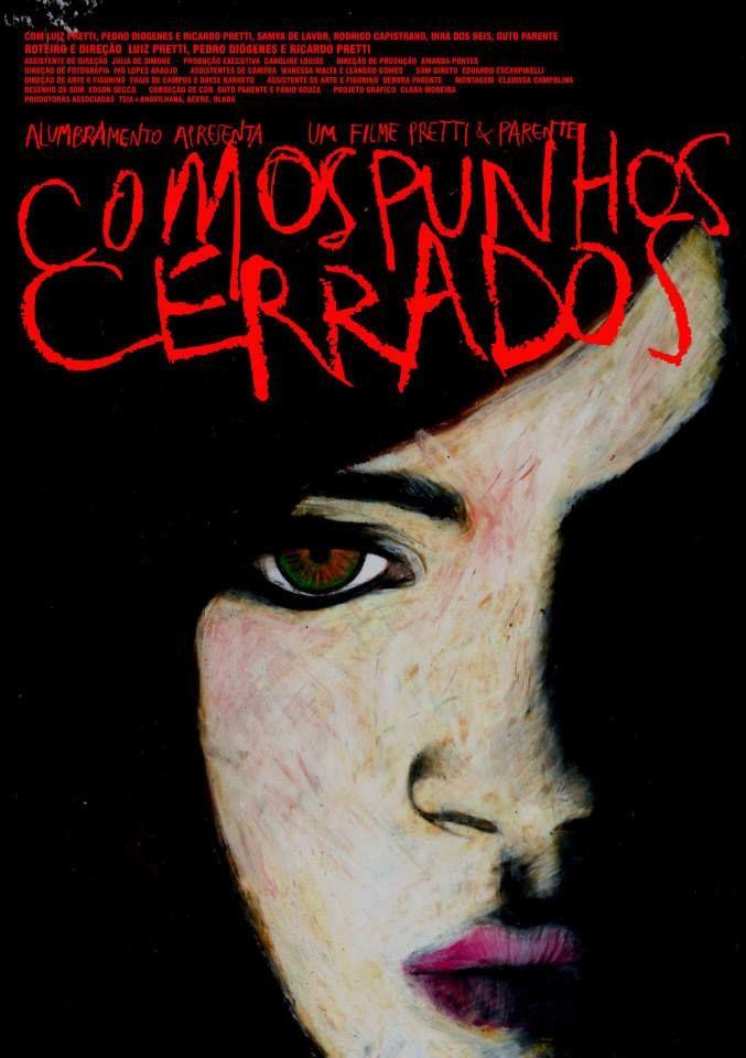 COM OS PUNHOS CERRADOS