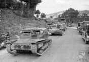 1_Carri armati avanzano lungo una strada sul terreno.jpg
