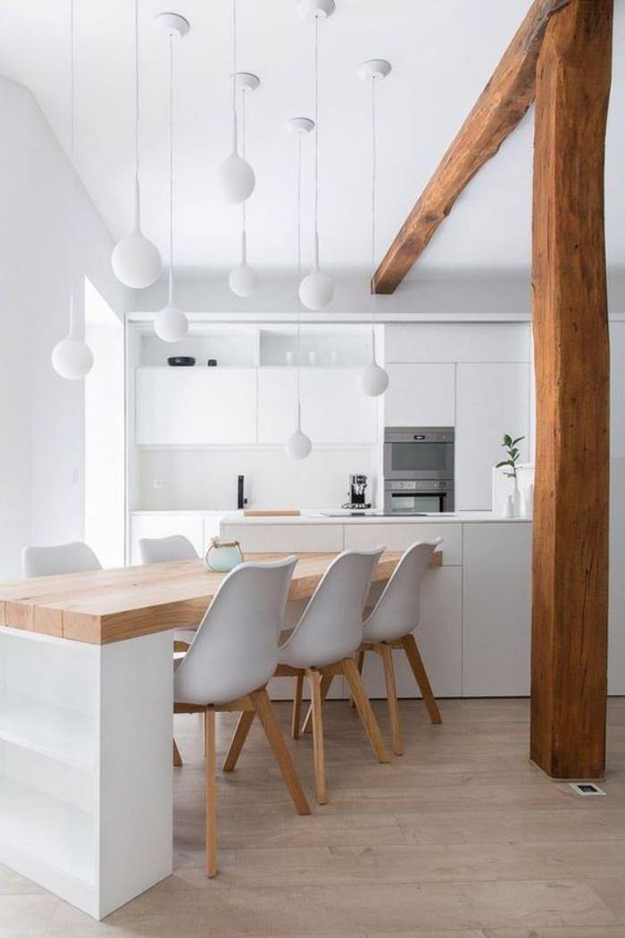 cuisine avec bar en bois et blanc, plusieurs lampes boules blanches