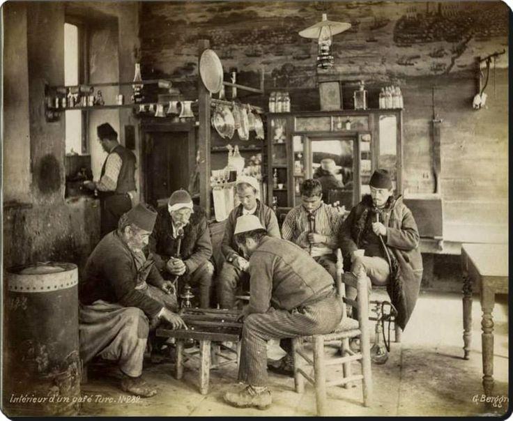 Eski İstanbul'da bir kahvehane - 1870'ler  Fotoğraf : Guillaume Berggren