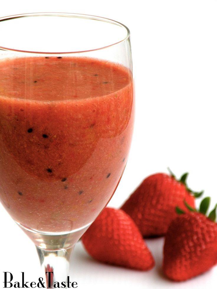 Koktajl truskawkowy z siemieniem lnianym Healthy strawberry coctail with flaxseed