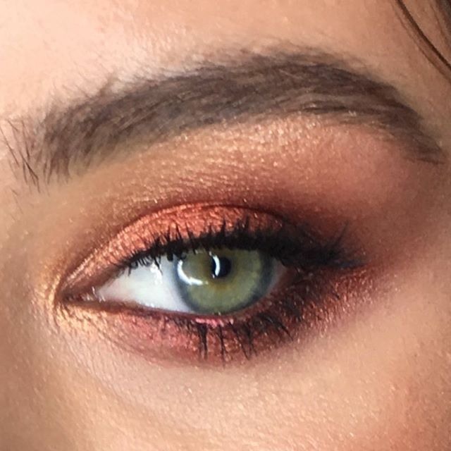 Что подчеркивает зеленые глаза? Зеленые тени🤔- не верный ответ)) красный- вот лучшая подсветка зеленого, красный или красно-содержащие родственные цвета