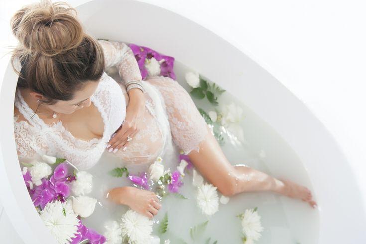 Beliebige Blüten eignen sich für das #Babybauch #Shooting #Badewanne