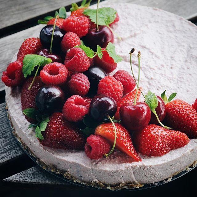 Strawberry & vanilla raw cheesecake?my favorite