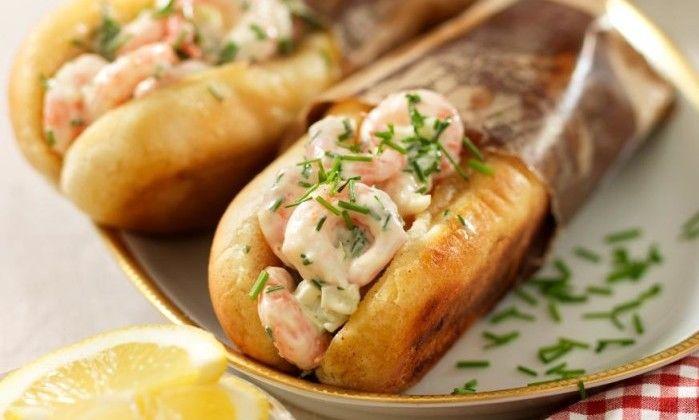 De här goda räkrullarna smakar lite som amerikanska lobster rolls (hummer-rullar). Är du extra hungrig så blanda i lite hårdkokt hackat ägg!