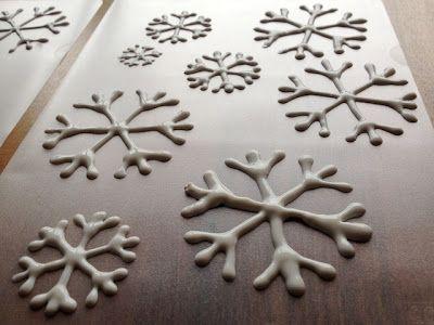 Es regnet und vom Schnee ist fast nichts mehr übrig...da mache ich mir doch eigene Schneeflocken. Sichtmäppchen, weisse Fensterleimfarb...