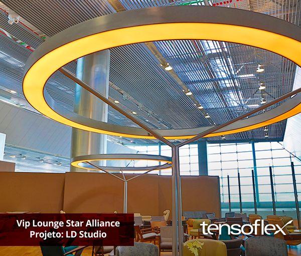 Luminária circular, com telas tensionadas translúcidas, pintura automotiva e iluminação por lâmpadas de catodo frio. Projeto impecável de iluminação!
