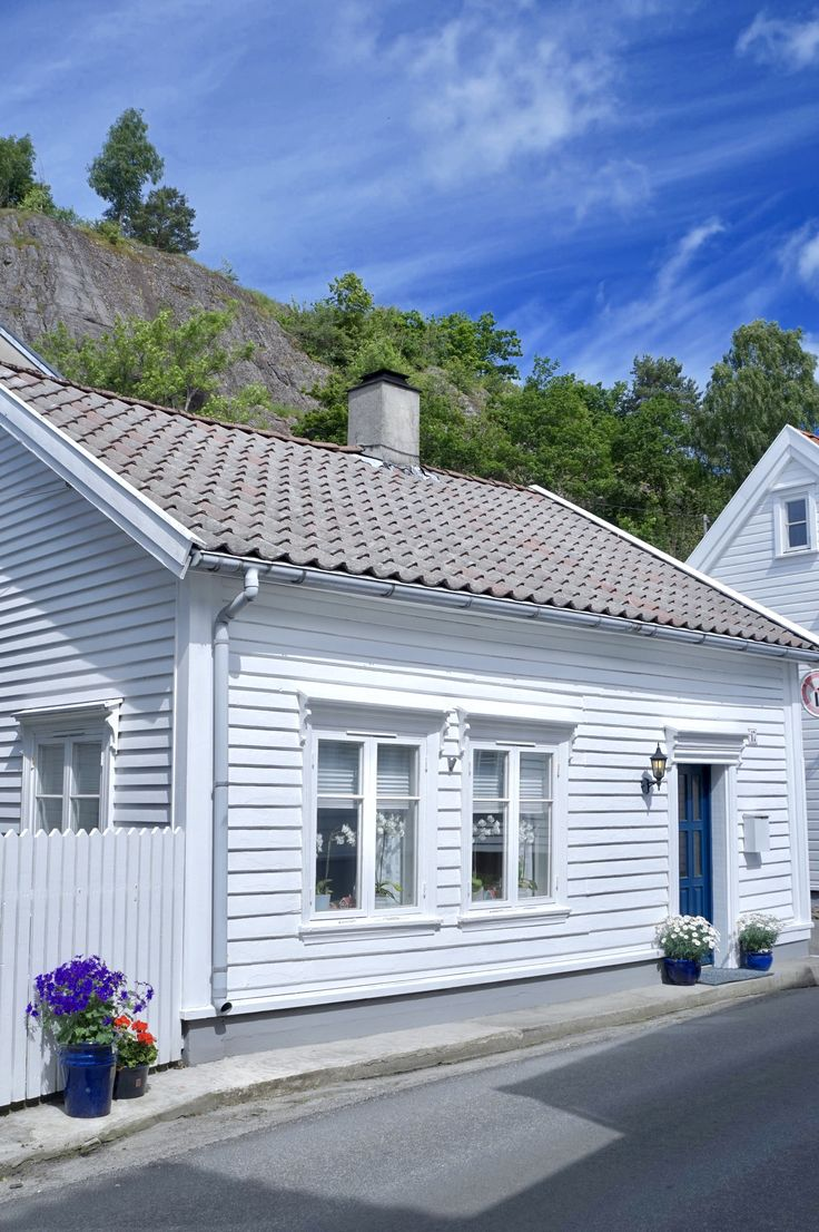Little white house in #flekkefjord ! Photo by @behindabluedoor #hollenderbyen#iloveflekkefjord