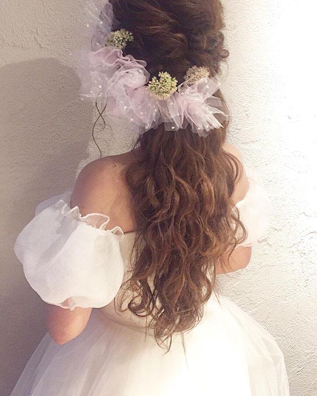 【bridalhairmak】 二次会ヘアメイクに、手作りチュールと挙式で使ったお花を合わせて ・ ・ #ヘアメイク#ヘアセット#ヘアアレンジ#ブライダル#ウェディング#編み込み#表参道#ハーフアップ#波ウェーブ#二次会#結婚式#プレ花嫁#ゆる巻き##花嫁ヘア#リハーサルヘアメイク#リボン#チュールリボン#ミニベール#かすみ草 #ORDERR#hairmake#hairarrange#hairset#hairstylist#hairdesign#bridal#wedding ・