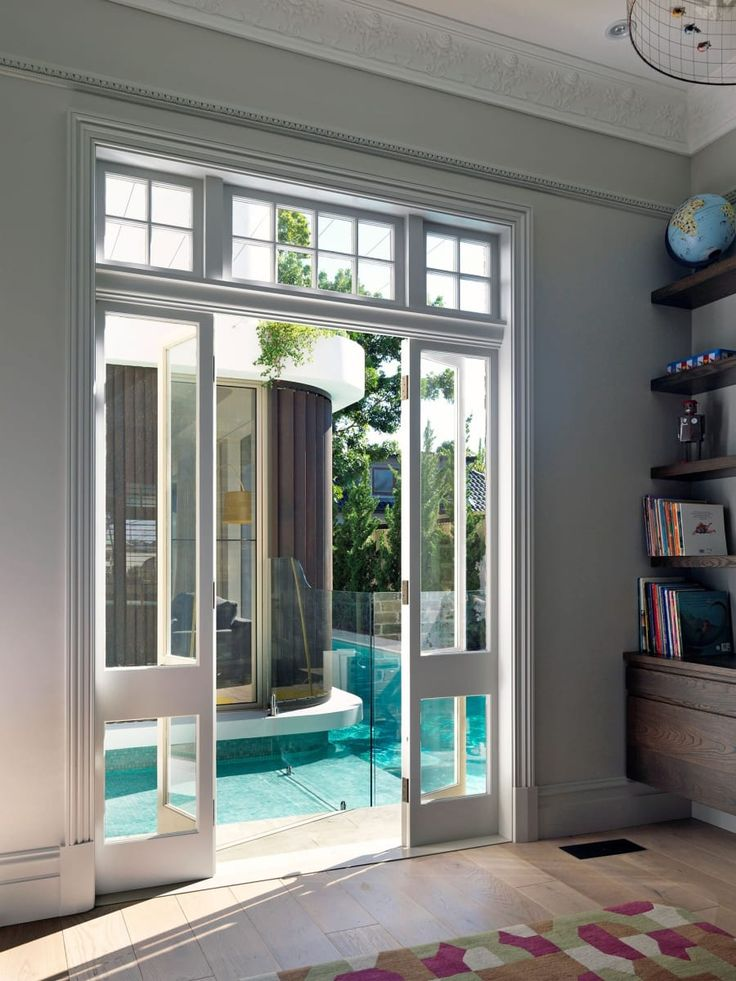 The pool is always present in this home, in this case from the new windows of the playroom