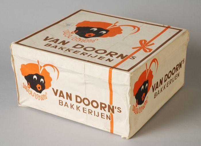 """Koekblik beplakt met Zwarte Piet en """"van Doorn´s bakkerijen"""" - Museum Rotterdam"""