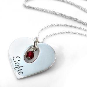 Een elegante hanger, van een echt zilveren hart. In het hartje wordt een naam naar keuze gegraveerd, en binnenin een uitsparing hangt een geboortekristal van SWAROVSKI® ELEMENTS. Dit is een cadeau, door zijn personalisatie, perfect geschikt voor een speciale gelegenheid!  Afmetingen: 21mm x 21mm. <strong>Exclusief ketting</strong>, je ontvangt ...