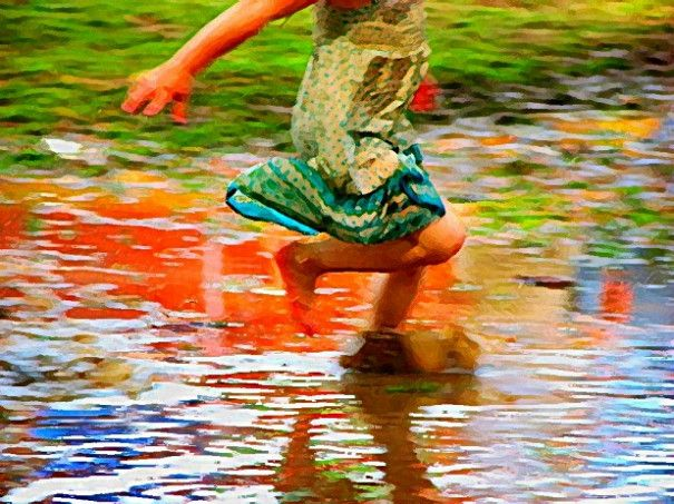 """Для маленьких детей бег, прыжки и другие активные движения являются не просто полезными занятиями - для них это норма жизни, самое естественное занятие. Многие родители, забывая об этом, постоянно пытаются приструнить детей, заставить их """"заниматься серьезными делами"""" - например, сидеть за книжками. Превратите хаотичные движения детей в организованную игру. Это будет и физкультура, и одновременно - развитие внимательности и навыки работы в команде."""