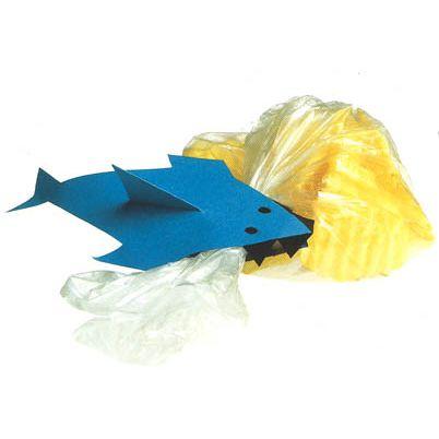Een leuke enge haai traktatie met een zakje chips in zijn bek! Gaat open met een wasknijper. Heel handig!