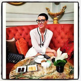 Soirée Parisienne  #shangrilahotelparis#paris#capitale#parisienne#soiréeparisienne#instapic#instafashion#chill#détente#teatime#cake#instagashion#glamour#mode#fashionista#picoftheday#dress#roberayanemaje#chanel#chanelbags#chanelearings#chanelj12#jamaissansmeslunettes#stellamaccartney#redlipps#shorthair#tchintchin#