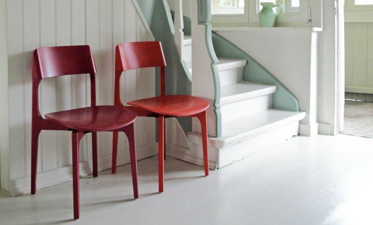Boden und Wände sind in 'Architect's Delight' gestrichen, die Akzente in 'Georgia'. Als Akzente zwei Stühle von Kusch & Co.