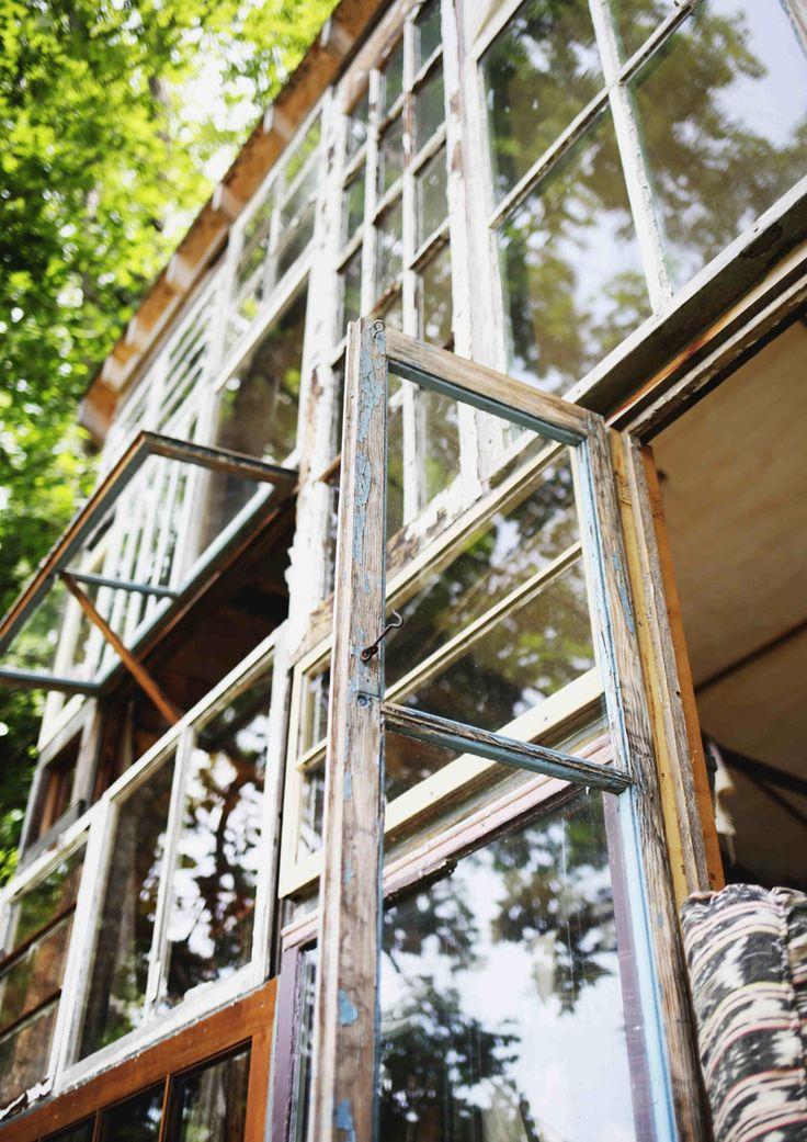 Pattern di finestre riciclate, un po' scrostate dal tempo, che costruiscono gusci di rifugi intimi e sostenibili, in linea con la natura e con il cuore #DesignOutfit #SuMisura