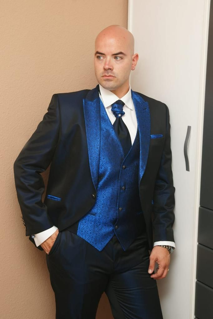 e40a71b455 Traje gala Enzo Romano en azul Klein para los detalles y tornasol marino  para el traje  enzoromano