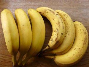 handige tip om bananen langer goed te houden, beide 1 week oud links heeft afgesloten in een plastic zak gezeten.