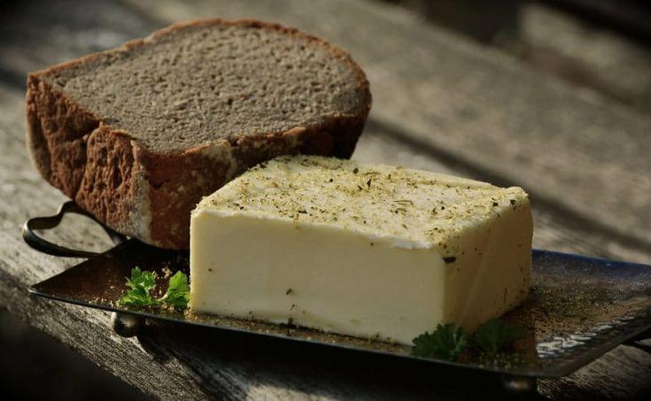 Le beurre est de plus en plus difficile à trouver en grandes surfaces ? Qu'à cela ne tienne, découvrez la recette pour fabriquer le vôtre.