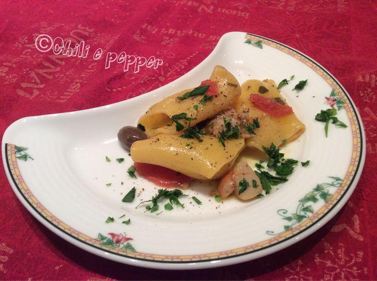 I Paccheri con capesante e pomodorini sono un piatto gustoso e delicato. Ogni tanto mio marito si diletta in cucina e mi sforna questi piatti deliziosi a cui non si può dire di no, anche se si è in dieta!