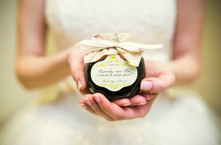 На Руси было принято заботиться о здоровье молодых и их потомстве и дарить молодоженам бочонок меда. Этот мед молодожены ели весь месяц, то есть «медовый месяц» - это буквально тот месяц, когда пара ела мед.    #wedding #bride #flowers