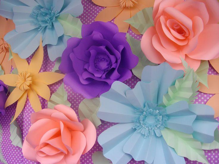 Flores de cartulina en colores, realizada para la vidriera de Amorosi Artesanía.