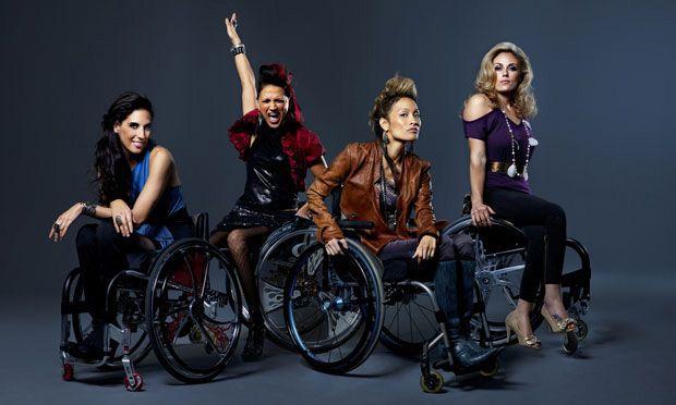 Με αναπηρική καρέκλα στην πασαρέλα - Η Μόδα Ενάντια στις Προκαταλήψεις<br />: