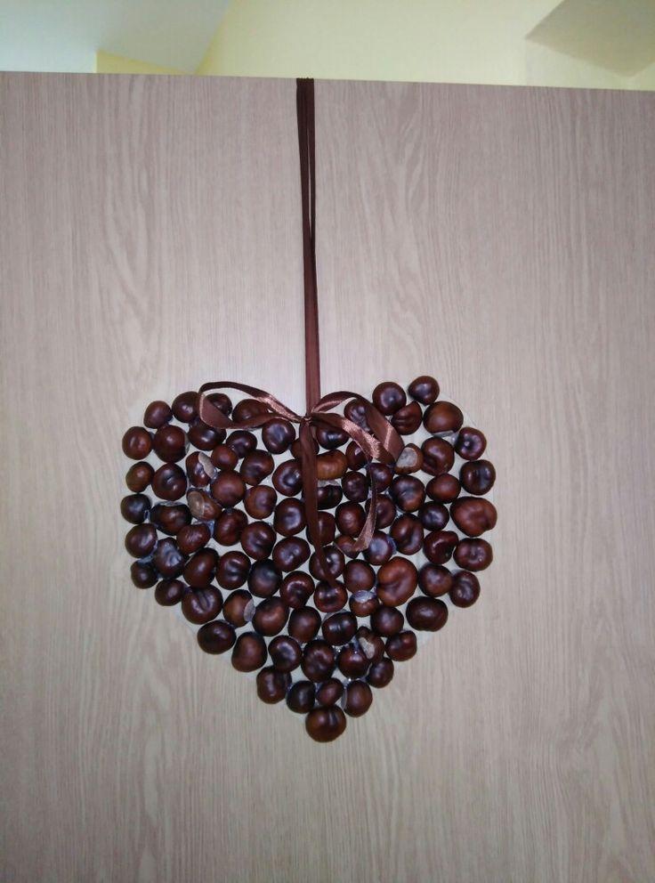 Jesenná výzdoba. Gaštanové srdce. Prilepené taviacou pištoľou na vyrezaný kartón srdca.