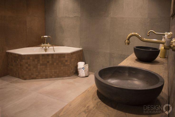 Maatwerk nostalgische badkamer met hoekbad, een strook decor tegels met een blauw met geel patroon op de muur, nostalgische bronze telefoonkraan voor bij het bad, grote tegels met roestkleur voor deze badkamer met vintage look | #design_badkamers_breda #breda_design_badkamers