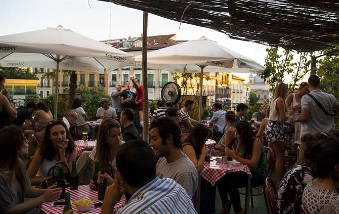 Waar? Plaza de la Cebada, 11. Op deze Plaza kun je overdag ook even binnenlopen in de overdekte volkse markt Mercado de la Cebada. Metro: Latina.    Openingsuren: Dinsdag - donderdag : 17:00 – 00:30. Vrijdag: 15:00 – 01:30. Zaterdag: 12:00 – 01:30. Zondag: 12:00 – 00:30.