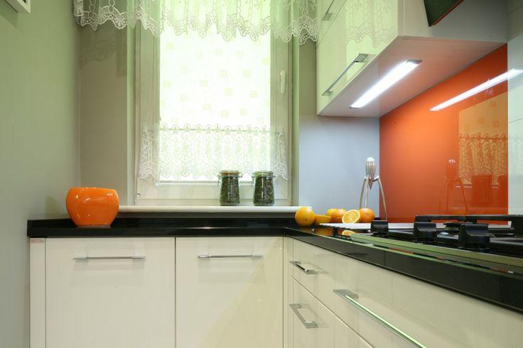 Nieduże oraz ze względu na kształt trudne w aranżacji pomieszczenie przeszło gruntowny remont. Zobaczcie jak można urządzić bardzo wąską kuchnie w starym budownictwie.