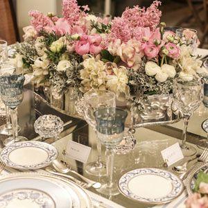 Rosa, ranúnculos, anêmonas, orquídeas, peônias e hyacinthus nos tons rosa e branco foram dispostos de forma genial pelos floristas Márcio Leme e Carla ...