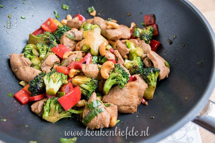 Een van mijn favoriete Oosterse gerechten is deze kip siam met broccoli, paprika en cashewnoten in zoete ketjapsaus. Lekker en binnen 15 minuten op tafel!