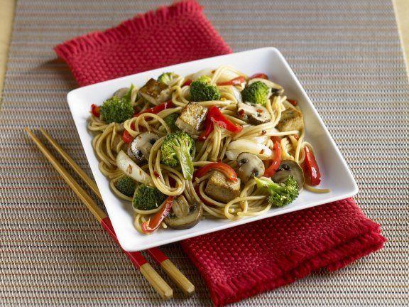 Asiatische Nudeln mit Tofu und Gemüse Rezept | EAT SMARTER