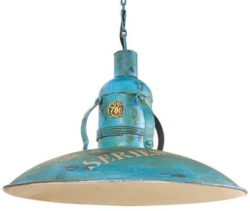 Deze stoere lamp lijkt zo uit een oude fabriek te komen. De opdruk en mooie details maken de lamp extra stoer. De lamp wordt opgehangen aan de meegeleverde ketting. -