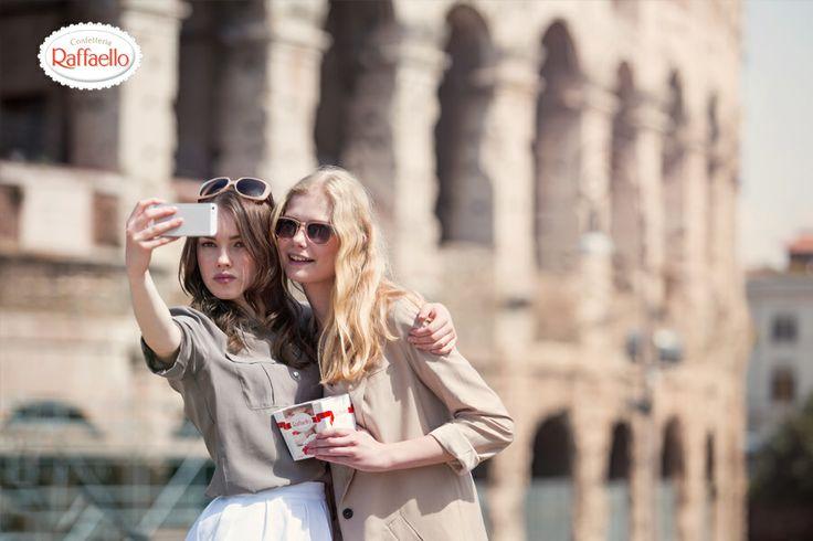 Cudownie byłoby móc tam pojechać, żeby zobaczyć tę majestatyczną budowlę. Cudownie byłoby móc pojechać tam z kimś bliskim, kim jest dla mnie moja przyjaciółka- i zarazem kochana Mama moja :* aj miałybyśmy potem co wspominać za każdym razem gdy byśmy oglądały pamiątkowe zdjęcia zrobione w Rzymie. Byłaby okazja do spotkania oczywiście przy smakowitych pralinkach Raffaello!