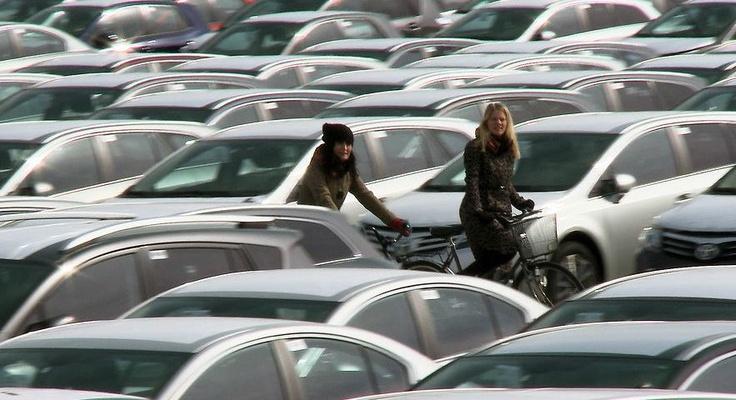 The Invisible Bicycle Helmet | Fredrik Gertten (láthatatlan kerékpáros sisak) http://lakbermagazin.hu/lakberendezes-epiteszet-videok/viewvideo/389/erdekes-kreativ-inspirativ-videok/lathatatlan-kerekparos-sisak-a-jovo-ma.html