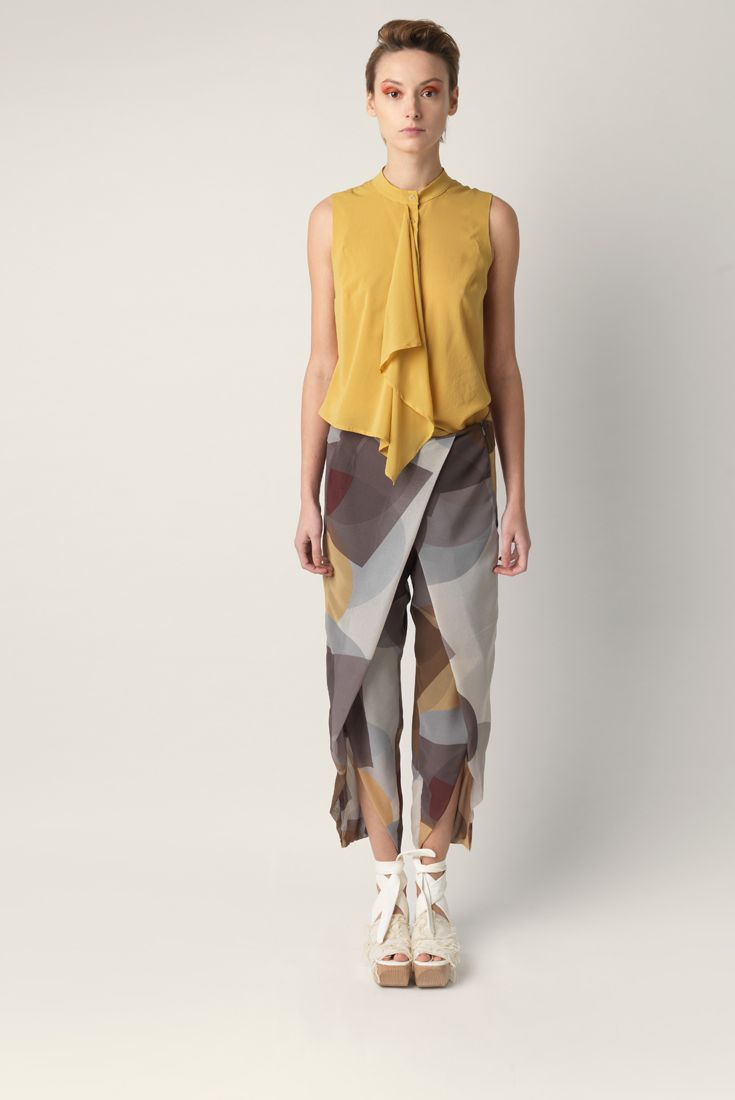 Sleeveless top Malloni, lacing with concealed buttons on front. Made of viscose with geometrical printing.
