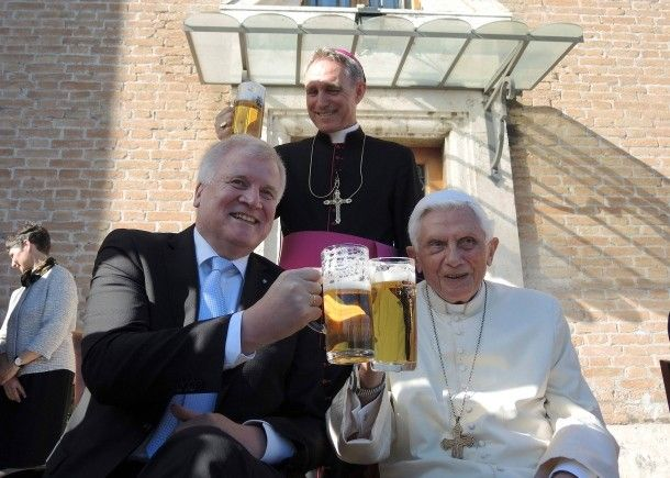 17. April 2017. Prosit! Bayerns Ministerpräsident Horst Seehofer ist eigens in den Vatikan gereist, um seinem Landsmann zu gratulieren. Der frühere Papst Benedikt XVI, Joseph Ratzinger, feierte seinen 90. Geburtstag und bekam dazu am Ostermontag Besuch aus seiner bayerischen Heimat.