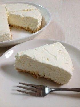 簡単☆レアチーズケーキ☆ゼラチン不使用      材料使い切り!濃厚でふんわり美味しいレアチーズケーキです((* ´艸`))    材料 (18cm丸型) クリームチーズ 200g 生クリーム 200ml グラニュー糖 60g レモン汁 大さじ1 ビスケット 100g バター(製菓用マーガリン)