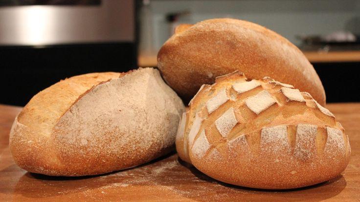 Surdeig er en gjæret deig som blandes i ny deig for å få den til å gjære. Du bruker omtrent en uke på å lage en god surdeig. Og så kan du bruke den til å lage fint surdeigsbrød.