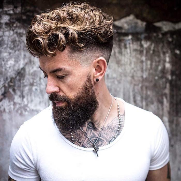 Haarschnitt Manner 2018 Mann Mit Undercut Frisur Und Ipster Bart Lockige Haare Haar Frisuren Manner Langhaarfrisuren Haarfrisuren