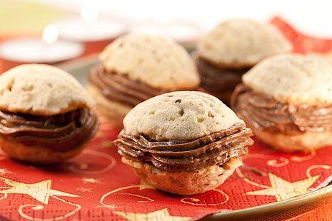Plněné ořechy s pařížským krémem (***** vyzkoušeno 2013) (Seznam.cz - Michal peče - cukroví 2010)  Na tři plechy plněných ořechů potřebujete: 24 dkg Hery, 40 dkg hladké mouky, 14 dkg mletých ořechů, 20 dkg cukru moučky, 1 vejce  Na krém: 3 žloutky, 3 lžíce kakaa, 15 dkg cukru, 17 dkg másla  Postup: Začněte krémem – ve vodní lázni vyšlehejte žloutky s cukrem a kakaem. Zahřívejte až do zhoustnutí, odstavte z plotny a základ krému nechte úplně vychladnout. Mezitím připravte těsto na ořechy.