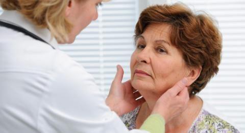 Causas del hipotiroidismo.-Causas del hipotiroidismo Esta enfermedad puede originarse por diferentes motivos. Estas son las causas y tipos más comunes de hipotiroidismo:  Tiroiditis de Hashimoto o autoinmunitaria La causa más común de hipotiroidismo es la denominada Tiroiditis de Hashimoto, que da lugar a una destrucción progresiva del tiroides (es como si el organismo no reconociera al tiroides como propio, por lo que procede a su destrucción por medio de anticuerpos que produce el sistema…