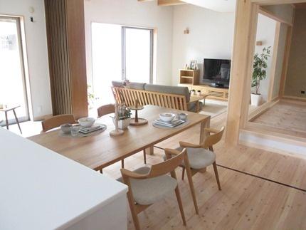 和風モダンスタイル!シャープなラインがきれいなナラ無垢材の家具で統一したリビングダイニング