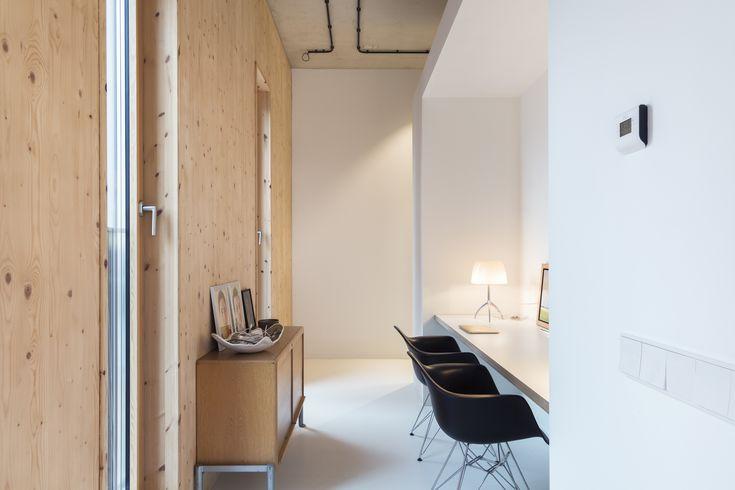Deze op maat gemaakte bureau biedt een rustige werkplek midden in de woonkamer. Ondank de toepassing van eenvoudige materialen als stucwerk, hout en een gietvloer, voelt de werkplek warm en knus aan. Ontwerp BNLA architecten | Fotografie Wim Hanenberg