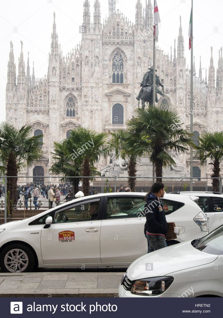 Download this stock image: Starbucks palms in Milan, and taxi drivers protesting against uber inPiazza Duomo, during Milano Fashion Week - February 24th 2017 - hretn2 from Alamy's library of millions of high resolution stock photos, illustrations and vectors.
