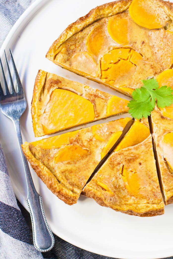 Zoete aardappel omelet. Een lekker en makkelijk bijgerecht dat je goed naast een salade, geroosterde groenten of een stukje vlees of vis kan serveren!