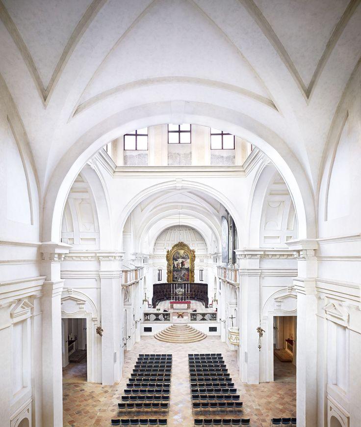 Candida Höfer, Mantova, Basilica Palatina di Santa Barbara, 2011, 180x157 cm © Candida Höfer